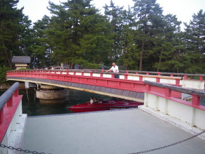 夏の夕刻、天橋立の回転橋を操るおっちゃん。