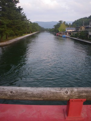 夏の夕刻、天橋立の回転橋より水路を臨む。